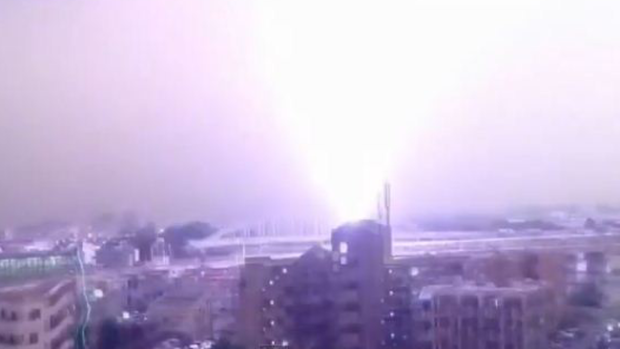 Video: Impactante rayo cae sobre un tren
