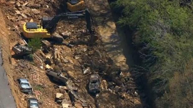 Video: Recogen escombros tras socavón