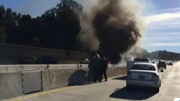 Video: Rescatan a anciano de un auto en llamas
