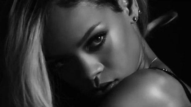 "Video: Rihanna, muy sensual posando ""topless"""