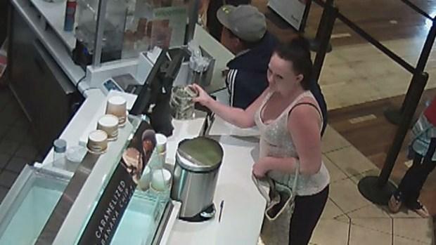 Video: Mujer se roba propinas de heladería