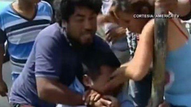 Video: Brutal golpiza a supuesto abusador
