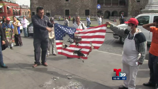 Video: Mexicanos queman bandera de EE.UU