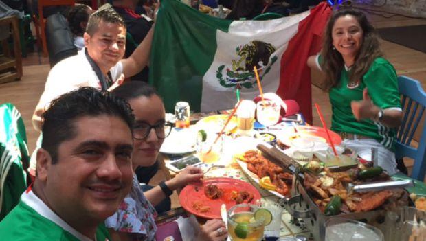 Fiesta en La Villita por victoria de México en el Mundial