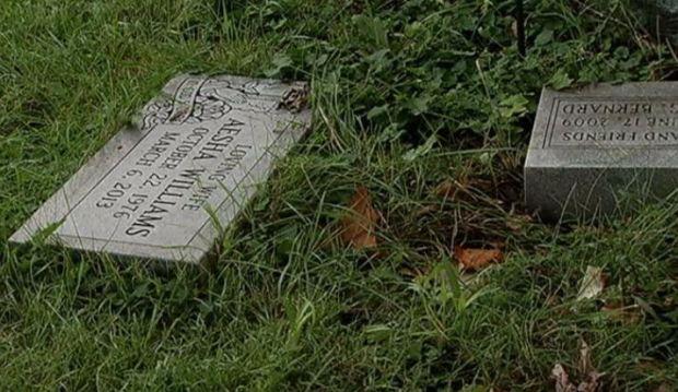 Hallan cuerpos y lapidas en casa de Riverdale