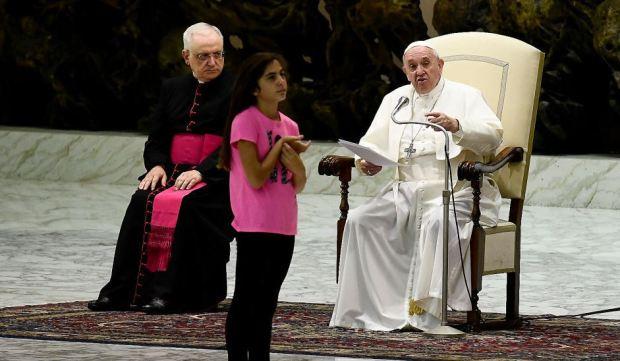 [TLMD - NATL] Niña interrumpe al papa Francisco y su reacción no tiene precio