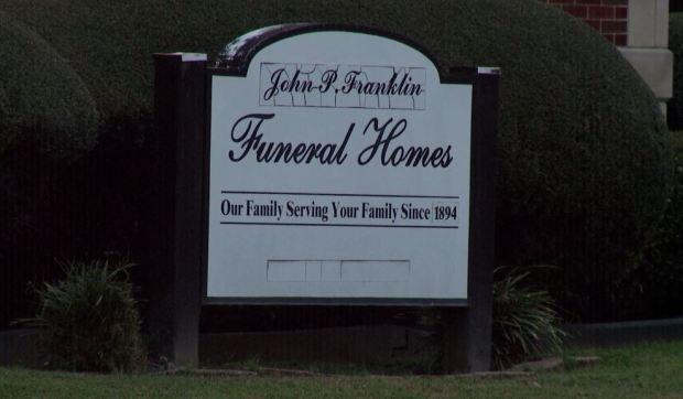 Daban último adiós a su tío y encuentran a otro hombre en el ataúd