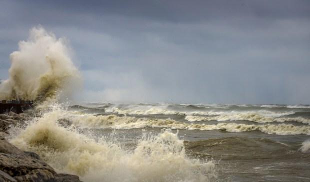 Fuertes olas en Montrose Beach ante paso de frente frío