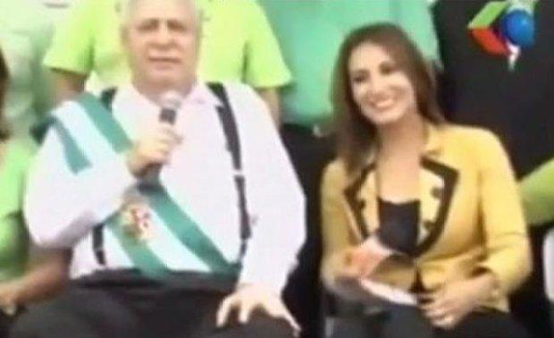 Video: Alcalde toca muslos, glúteos y da besos