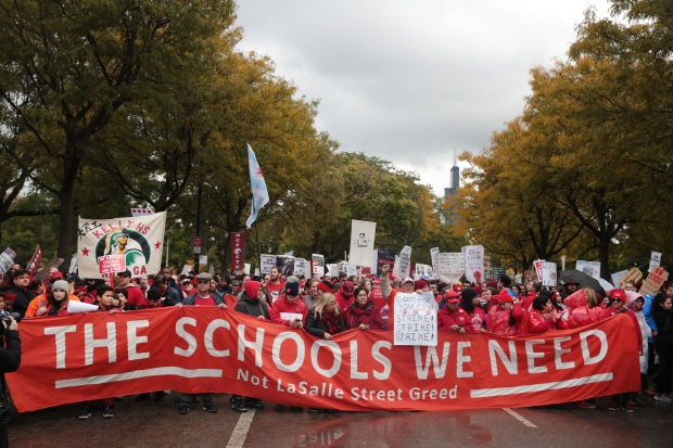 Miles de maestros toman las calles de Chicago por falta de contrato