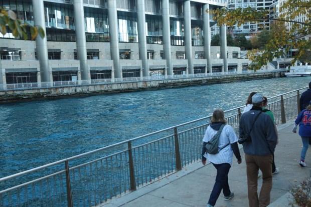 Azul el río Chicago en festejo por los Cubbies