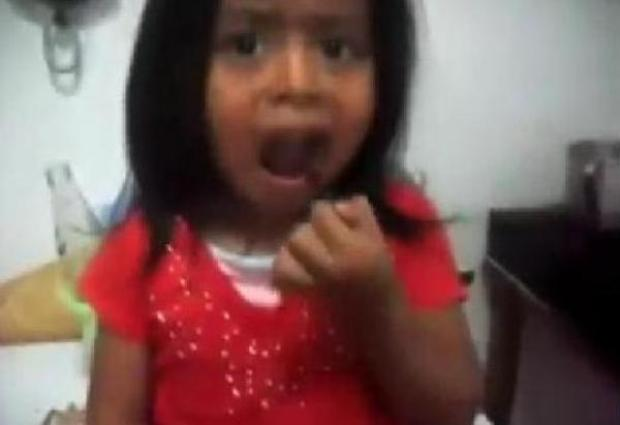 Video: Niña obligada a comer cucarachas