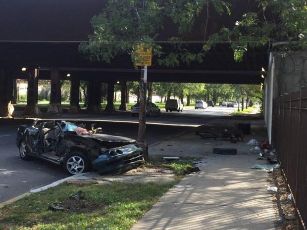 Auto se despedaza al estrellarse en Garfield Park