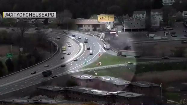 [TLMD - Boston] Captan momento en que camión se vuelca en autopista de Chelsea