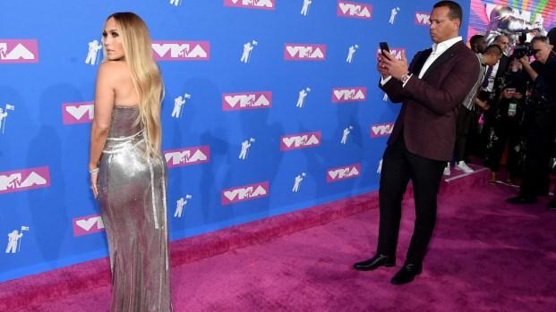 J. Lo aparece en los premios MTV y pone a A-Rod a tomarle fotos
