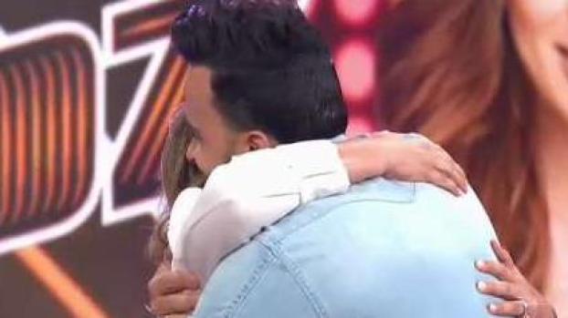 De cerca: el abrazo que se dieron Adamari y Luis Fonsi