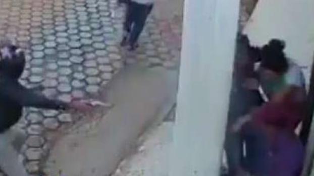 En video: poste lo salva de los balazos de un sicario