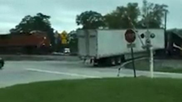 [TLMD - MIA] Tren atraviesa camión atascado en las vías