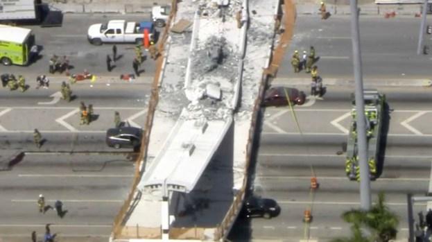 Autos aplastados y muerte tras caer puente peatonal en construcción en Miami