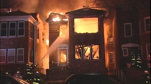 Se quedan sin hogar en Albany Park tras voraz incendio