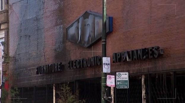 Masivo incendio destruye mueblería en Logan Square