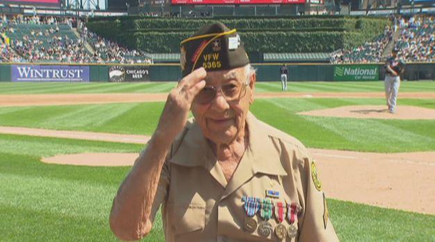 Veterano mexicano recibe merecido homenaje de los White Sox