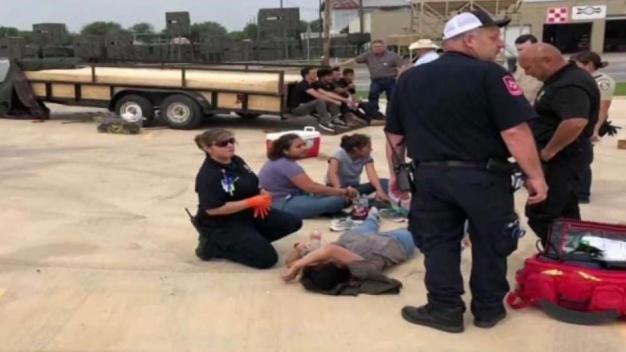 Descubren 16 migrantes en compartimento secreto de remolque