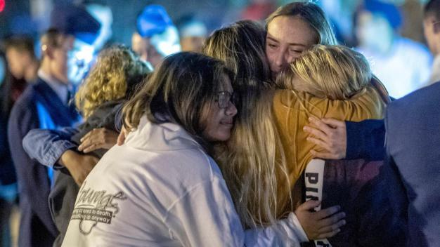 """""""No es justo"""": recuerdan a menores que murieron en trágico tiroteo escolar"""