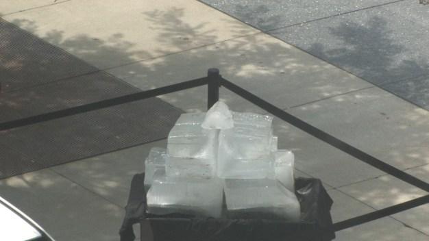 Ola de calor: en vivo mira cómo se derriten 300 libras de hielo