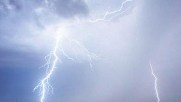 Viva de milagro madre hispana impactada por un rayo