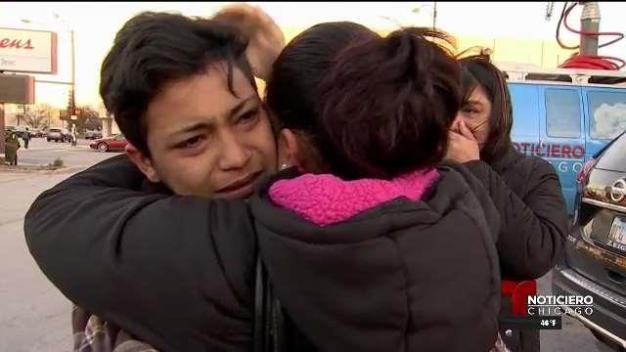 Se reencuentran madre e hijo separados por inmigración