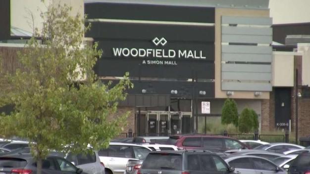 Soplan supuesto polvo misterioso a mujer en Woodfield Mall