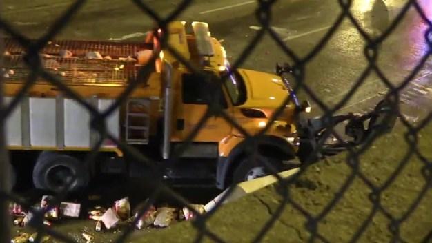 Camión choca y derrama crema para café en autopista de Chicago