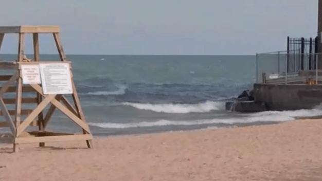 Emiten alerta sobre el peligro de nadar en playas de Chicago