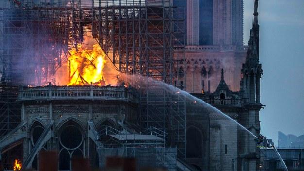 Incendio en Notre Dame: hallan colillas de cigarrillos