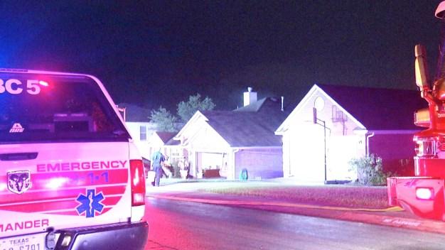 Potente rayo abre cráter en una casa y causa incendio