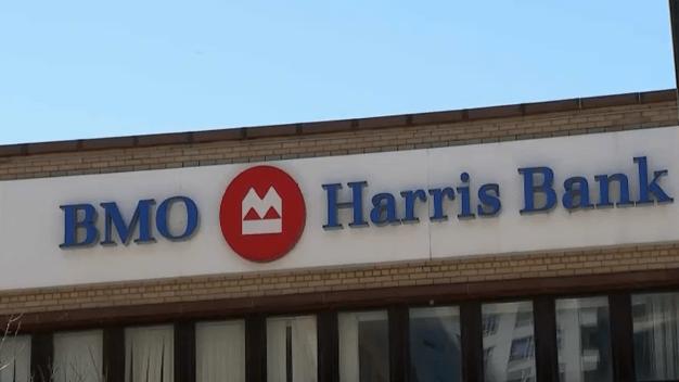Buscan a sospechosa de asaltar banco en South Loop