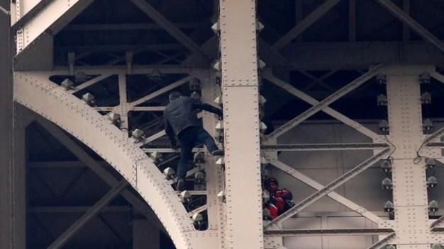 Intruso quiso escalar la Torre Eiffel y la cierran