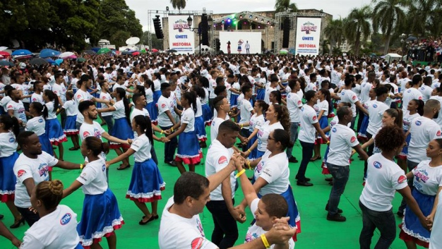 Cientos baten récord Guinness al bailar merengue