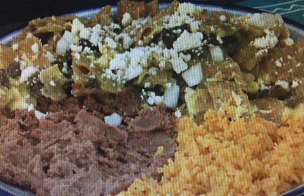 Chilaquiles verdes con bistec y huevo