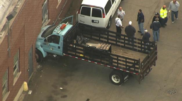 Se estrella camión de la ciudad contra pared