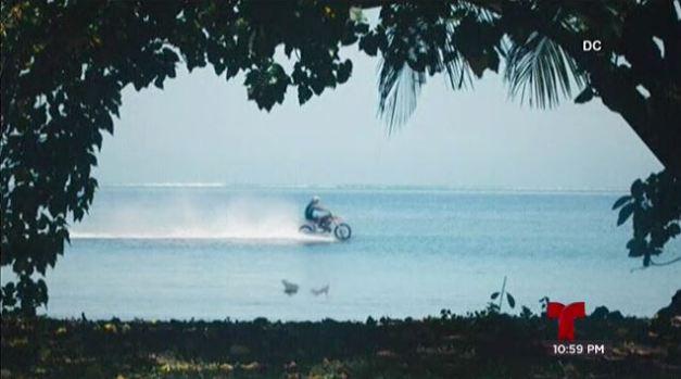 Motociclista desafía las olas