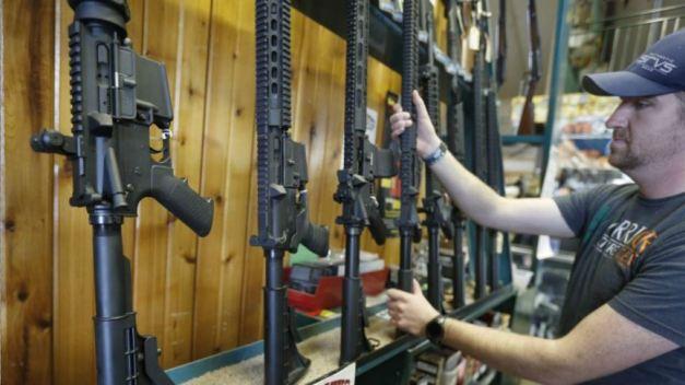 Trump avalaría cambio en reglas para comprar armas
