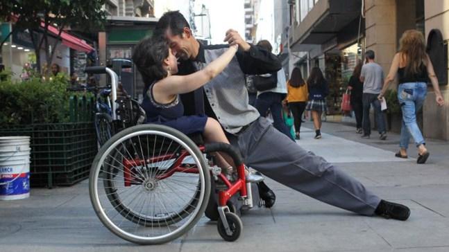 Increíble y sensual: baila tangos en silla de ruedas