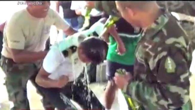 """Polémico video de """"bautizo"""" de policías con licor"""