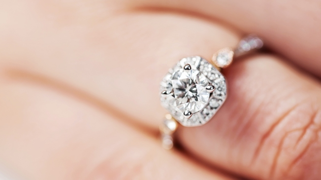 Subastan anillo de diamante comprado en mercado de pulgas