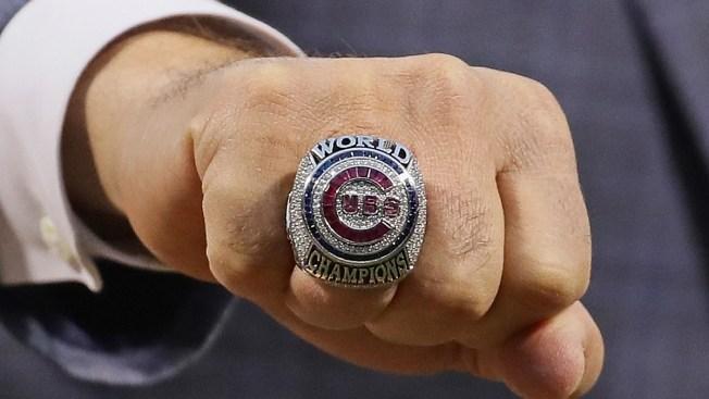 Los Cubs dan anillo de campeón mundial a Steve Bartman