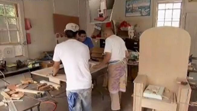 Carpinteros hispanos construyen la silla del Papa