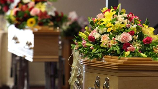 Funeraria confunde cadáveres