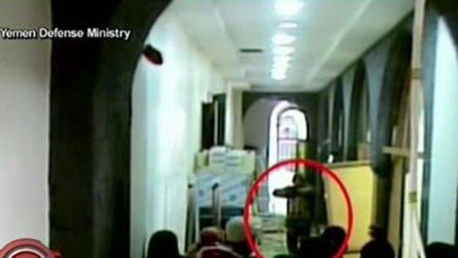 Arroja bomba en edificio y mata a 50